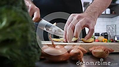 Chefausschnittkartoffeln in der Küche stock video footage