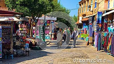 Chefchaouen, Maroko, Październik 2 2018: Uliczny życie Błękitny miasto Chefchaouen zbiory