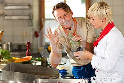 Chefs dans une cuisson de cuisine de restaurant ou d hôtel