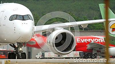Chegue a Phuket - taxiing após a aterrissagem vídeos de arquivo
