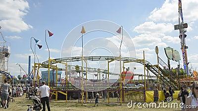Cheltenham, Regno Unito 22 giugno 2019 - la gente al parco di divertimenti, al festival della mongolfiera in Inghilterra video d archivio