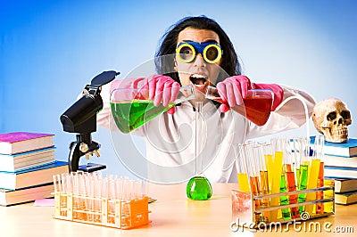 Chemicus die met oplossingen experimenteert