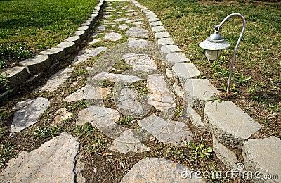 Chemin en pierre dans le jardin images libres de droits image 12947239 - Cuisine de jardin en pierre ...