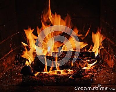 chemin e avec le bois de chauffage et la flamme de bouleau photographie stock libre de droits. Black Bedroom Furniture Sets. Home Design Ideas