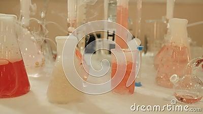Chemische Herstellung von Körperpflegekosmetika stock footage