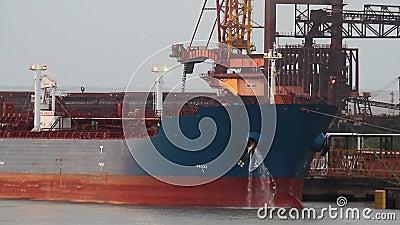 Chemische tanker die in haven wordt vastgelegd stock footage