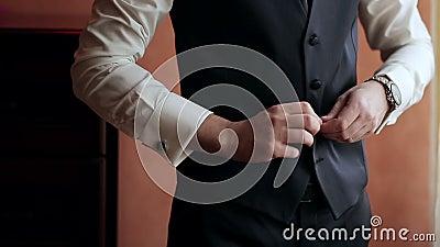 Chemise habillée, costume et gilet élégants d'homme banque de vidéos
