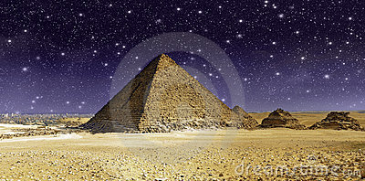 在极大的Cheops金字塔的星形和天空