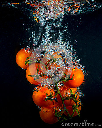 Free Cherry Tomatoes In Water Splash On Black Royalty Free Stock Photos - 83553178