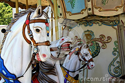 Chevaux de carrousel au parc d attractions