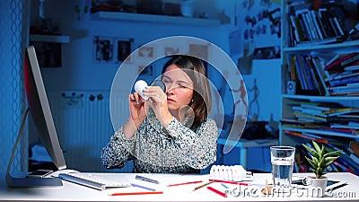 Chica en la universidad examina bombilla almacen de metraje de vídeo