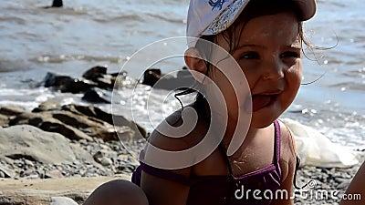 Chica feliz comiendo deliciosa tarta dulce con bayas de comida rápida en la playa Un aperitivo sano y sabroso bello mar en el almacen de video