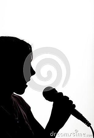 Chica joven con el micrófono