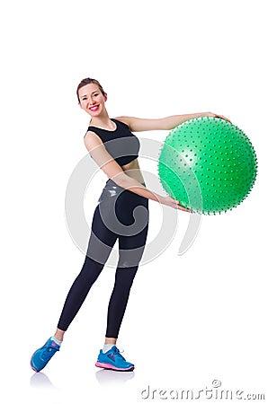 Chica joven con la bola suiza