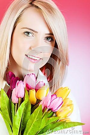 Chica joven con los tulipanes