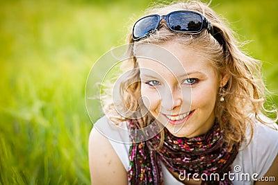 Chica joven en campo de trigo