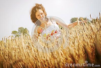 Chica joven en el campo de trigo