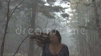 Chica joven en el miedo que corre a través del bosque metrajes