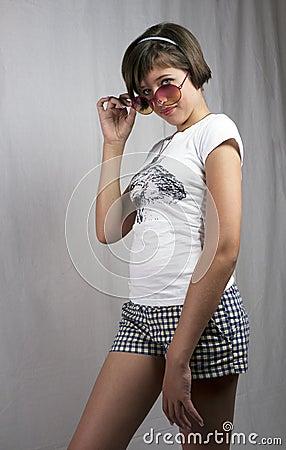 Chica joven feliz con las cortinas