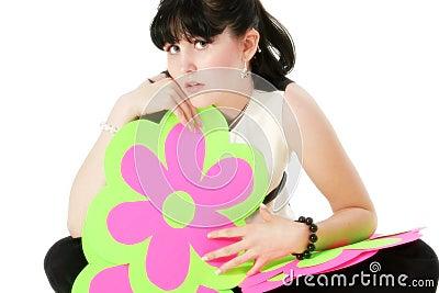 Chica joven que sostiene las flores de papel