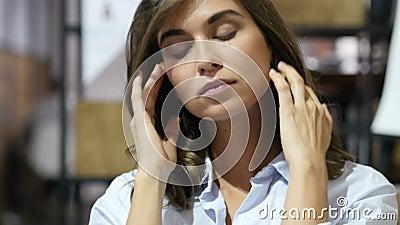 Chica joven tensa, subrayada en el trabajo, retrato