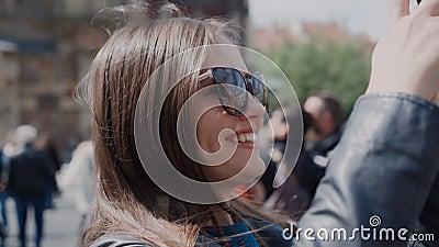 Chica sonriente toma fotos de atracciones turísticas en un celular almacen de metraje de vídeo