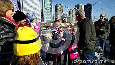 Chicagowski ` s Mayor Rahm Emanuel wita rodziny zwolennicy przy kobiety ` s Marzec zdjęcie wideo
