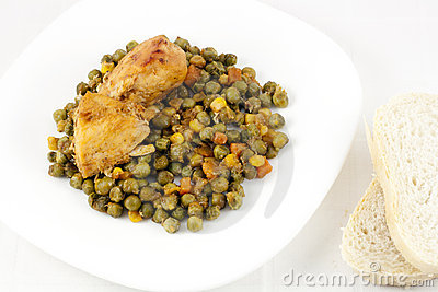 Chicken with peas, carrots, corns and bread