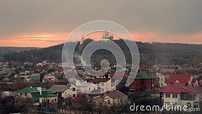 Chiesa bianca su un fondo di un cielo nuvoloso Cielo di tramonto religione in Europa Orientale Poltava, Ucraina 4K archivi video