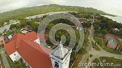 Chiesa cattolica di vista aerea nelle Filippine Anda Città di Poblacion video d archivio