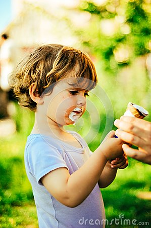 Free Child Eats Ice Cream On A Summer Day In The Shade Of A Tree Royalty Free Stock Photography - 110973977