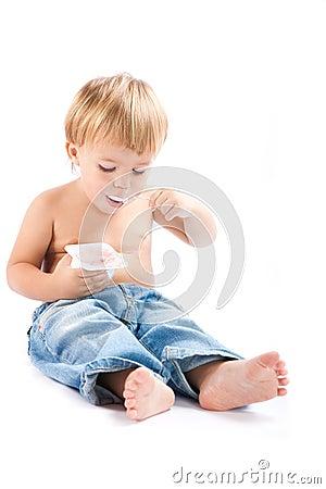 Child eats yoghurt