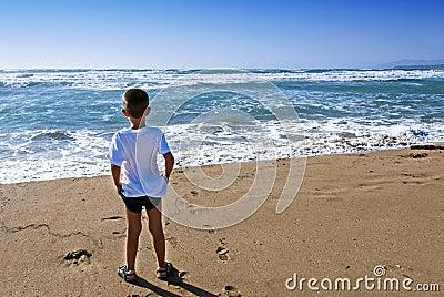 Child in front the ocean