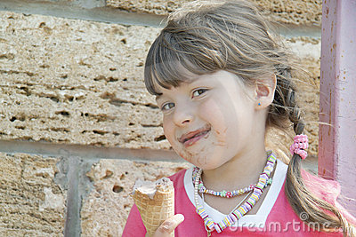 The child and ice-cream