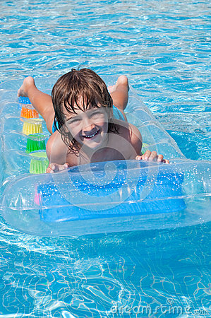 Free Child In Swimming Pool Stock Photos - 33591373