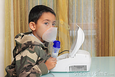 Child with inhalation mask