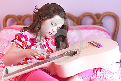 Child playing guitair