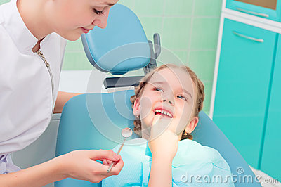 Child shows the tooth dentist