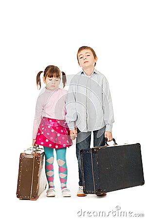 Childern com malas de viagem