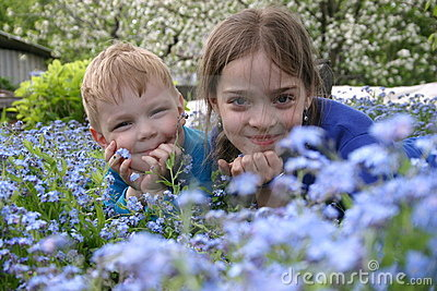 Childern in flowers_2