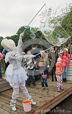 Free Children And Adults Watch In Admiration At Soap Bubble Maker Royalty Free Stock Photo - 83614495