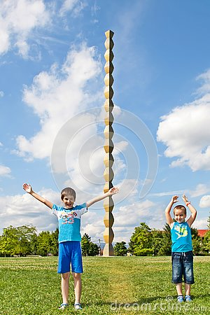Free Children In Front Of The Endless Column Or The Column Of Infinity Royalty Free Stock Photo - 151406905