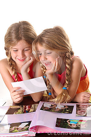 Free Children Looking At Photos Together Vertical Royalty Free Stock Photo - 3625275