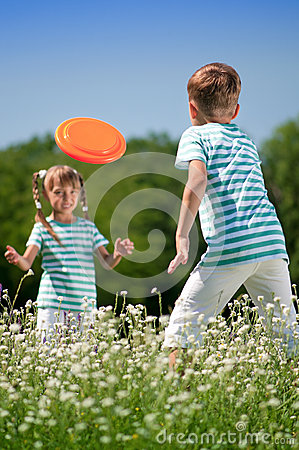 Children Playing Frisbee Stock Images - Image: 26800054
