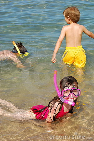 Free Children Snorkeling At Beach Royalty Free Stock Images - 2605089