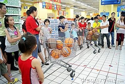 China de Shenzhen: juegos de diversión de la familia Fotografía editorial