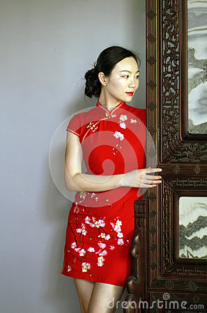 Free Chinese Cheongsam Model In Chinese Classical Garden Royalty Free Stock Image - 92698206