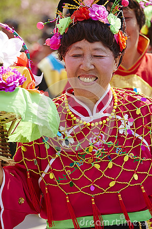 Free Chinese Senior Woman In Colorful Traditional Silk Cloth Dancing Royalty Free Stock Images - 80509889