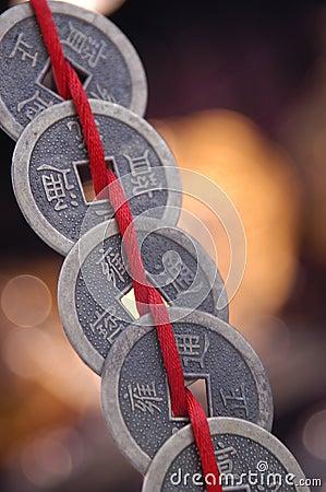 Chinesische Münzen auf Zeichenkette