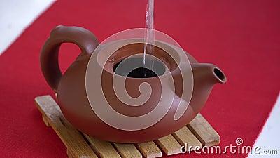 Chinesische Teezeremonie mit Pfefferstee, Brauing Black Shu Puer in Topf aus Ixin-Ton, kochendes Wasser in Wasserkocher stock video footage